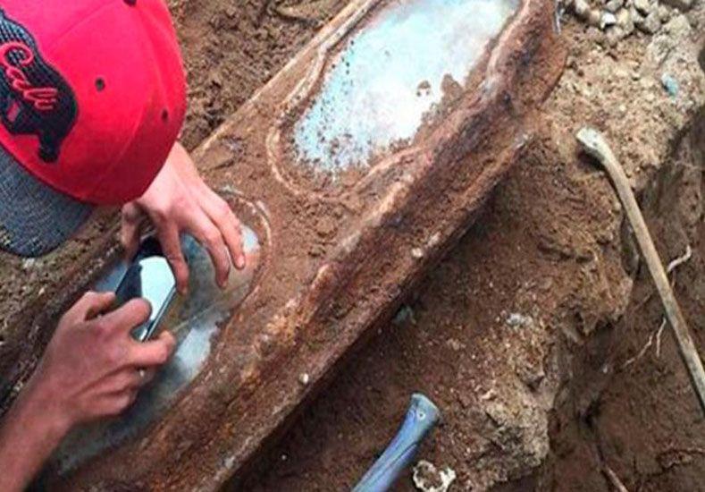 Encuentran intacto el cuerpo de una niña de hace 145 años sosteniendo una rosa
