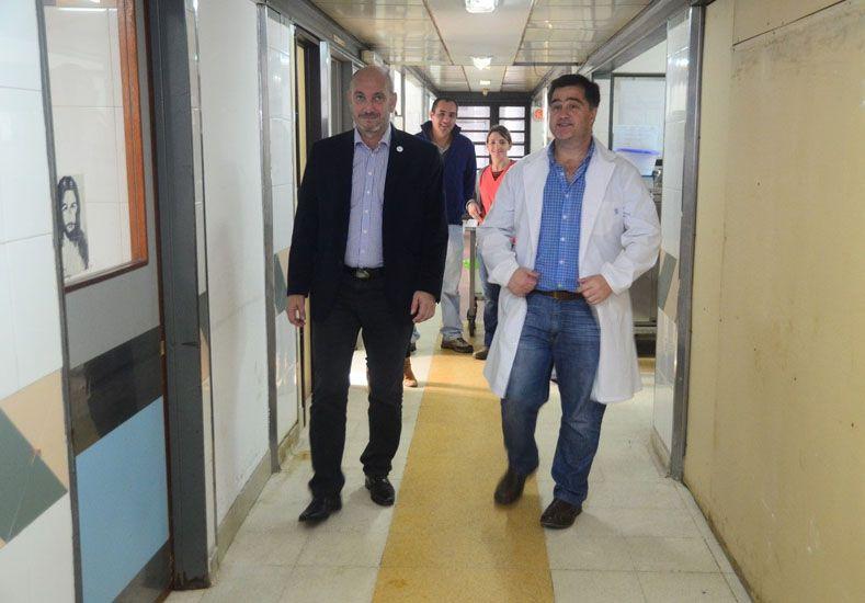 De la Rosa estuvo acompañado del director del nosocomio. (Foto: Prensa Ministerio de Salud)