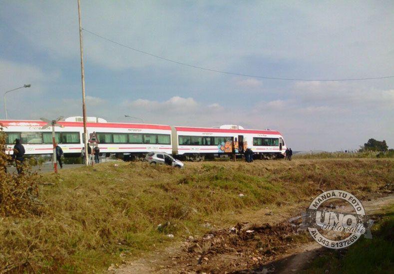 Un automóvil colisionó con el tren