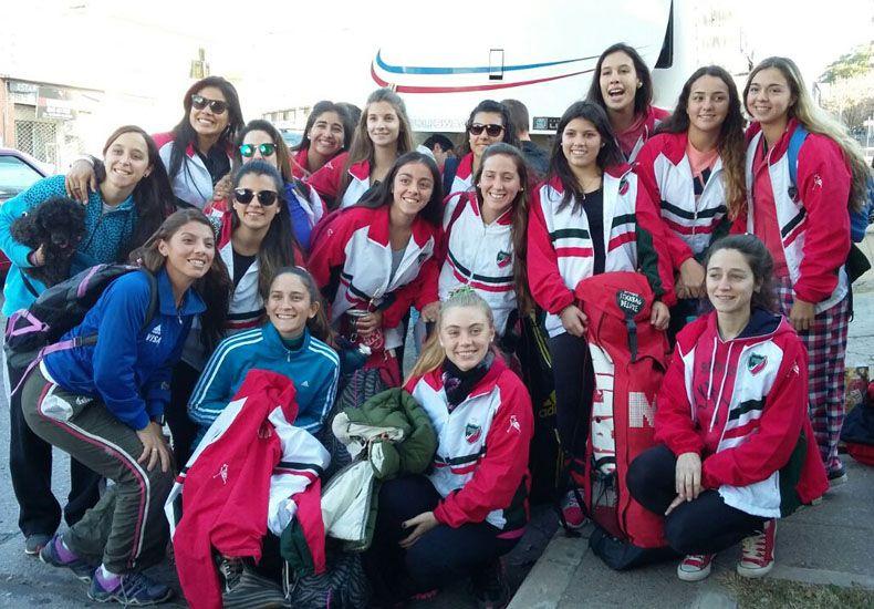 Las chicas paranaenses en pleno viaje a Rosario. Ayer jugaron dos partidos. Foto Gentileza/Paraná Hockey