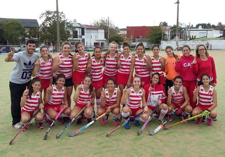 Las chicas junto a la DT Sofía Morande