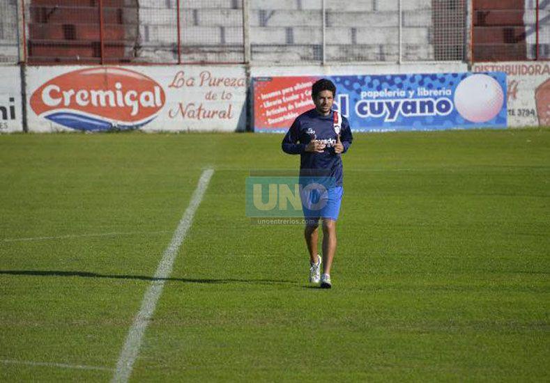 Diferenciado. Alexis Ekkert  trotó alrededor del campo de juego. Padece una fatiga muscular y se perdería el próximo juego.Foto UNO/Mateo Oviedo