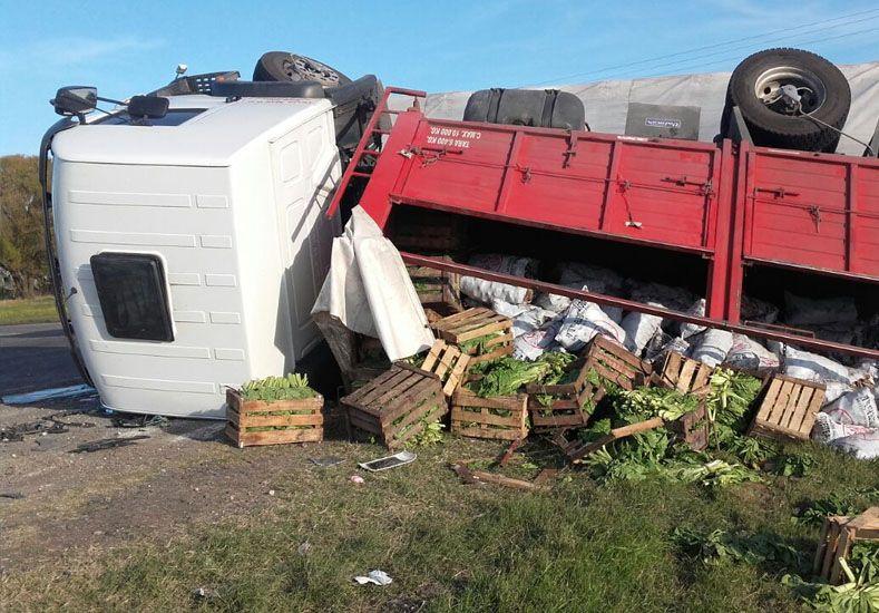 Un camión despistó y volcó en el acceso a Hasenkamp
