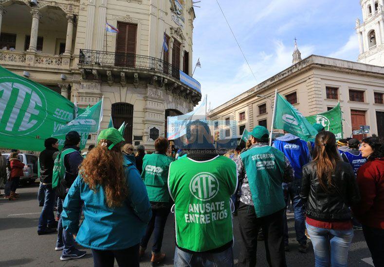 Parada. La marcha recorrió varios organismos nacionales y pasó por el edificio de la Municipalidad. Foto UNO/Diego Arias