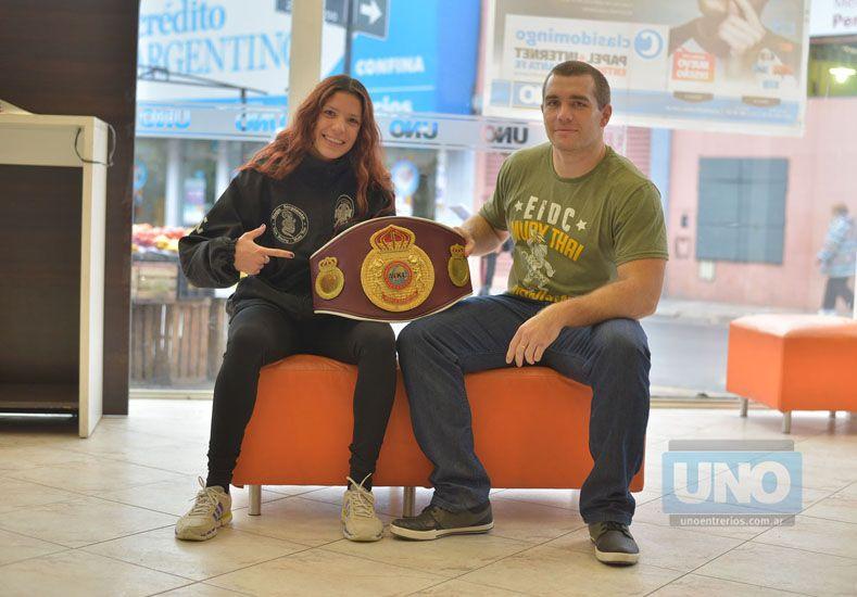 Giuliana y Alan en Diario UNO con el cinturón.  Foto UNO/Juan Manuel Hernández