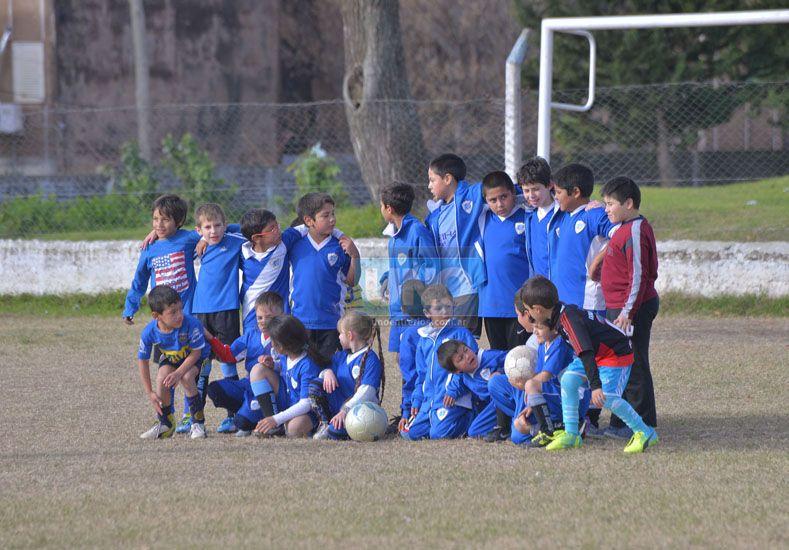 Los más pequeños. El fútbol también estuvo presente en los festejos de la entidad. Los chicos abrazados todos juntos.  Foto UNO/Juan Manuel Hernández