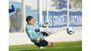 Mauro Ruggiero fue clave en la victoria del Decano al contener un remate desde el punto penal.