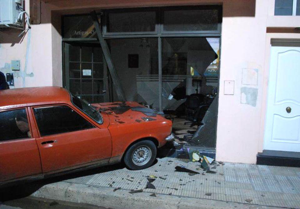 Robaron un auto, se incrustaron en una peluquería y se escaparon