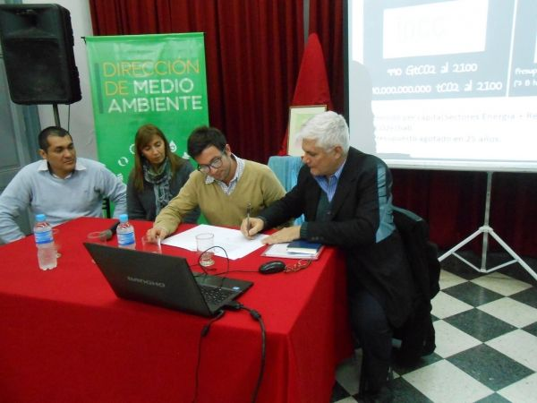Los funcionarios de Nogoyá firmaron el convenio con la Ramcc. Foto Ramcc.