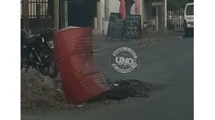 Para evitar un accidente más grave señalizaron el pozo con el ahora famoso tacho rojo.