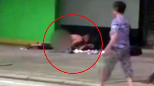 Parejita no aguantó y tuvo sexo en la vereda y los filmaron