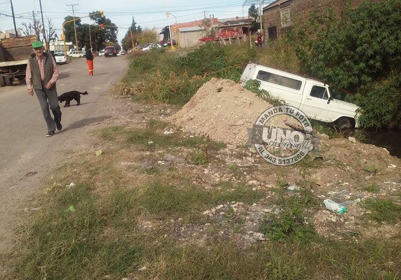 Una camioneta cayó a un arroyo que nunca se terminó de entubar