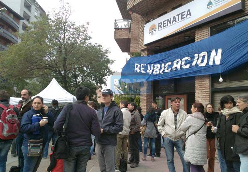 Los trabajadores se manifestaron en la sede Paraná del organismo nacional. Foto: UNO/AlfredoHoffman.