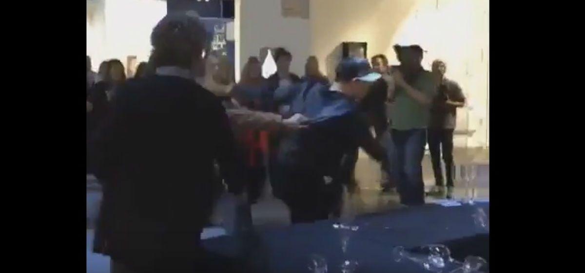 La reacción de Leo García en una muestra de arte