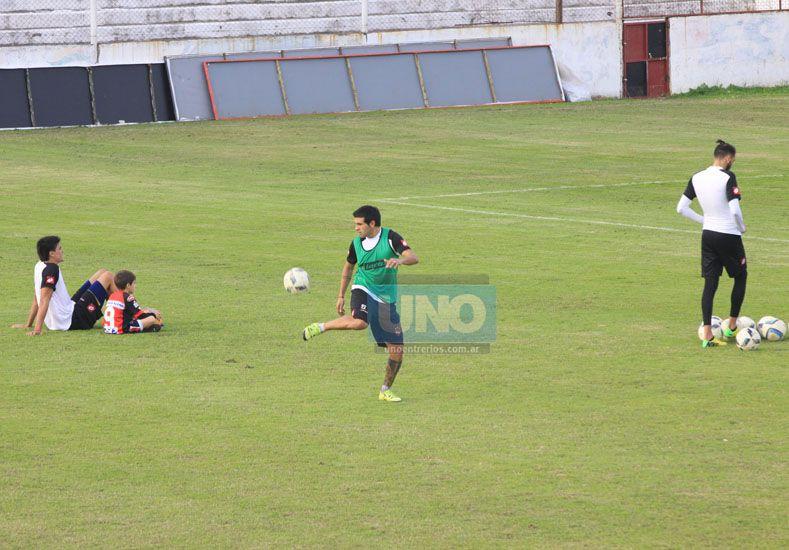 El Chelo Guzmán volverá a ser de la partido en el mediocampo del Rojinegro ante Vélez.  Foto UNO/Juan Ignacio Pereira