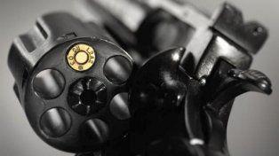 Insólito: Dos amigos se disputaron una mujer jugando a la ruleta rusa