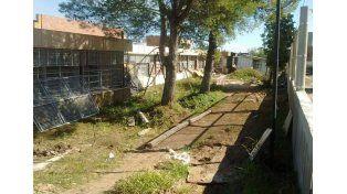 Abandono de obra. La empresa se fue dejando los trabajos truncos y sin cerco perimetral.   Foto Gentileza/Agmer