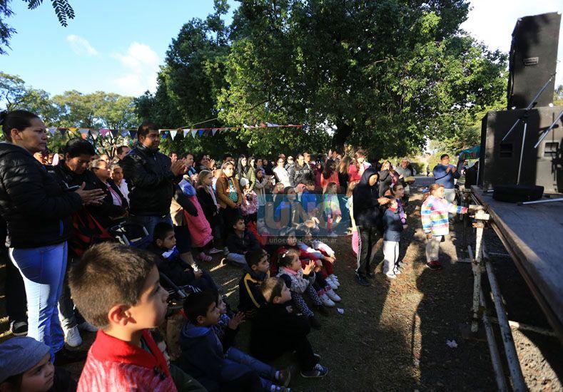 Con escenario. El público se acercó y disfrutó de la propuesta.  Foto UNO/Diego Arias