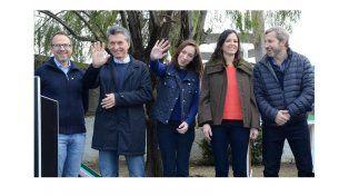 Saluditos. Macri y Vidal saludan. A la izquierda Valenzuela (de anteojos) y a la derecha Stanley y Frigerio.