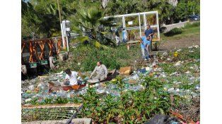 Los integrantes de la Peña Piluncho Safari limpiando la basura del arroyo. Foto Gentileza Roberto Felici.
