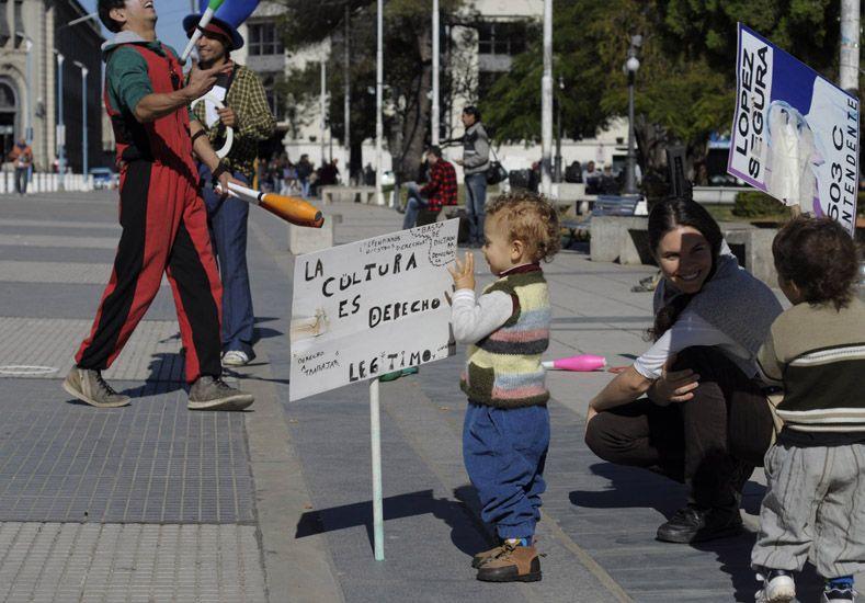 Las familias apoyaron el reclamo de los artistas. Foto gentileza Matias Ismael.