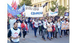 Profesores y estudiantes marcharon por las calles de Paraná. Foto UNO Mateo Oviedo.