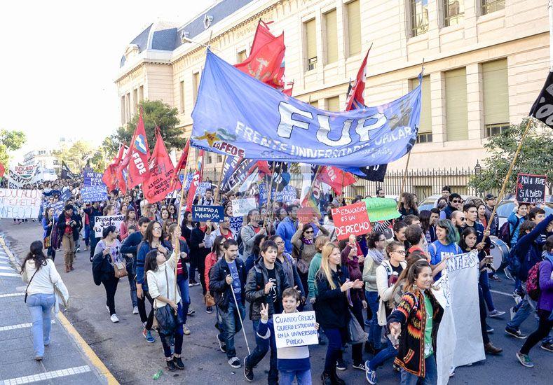 La comunidad educativa abrazó la casa de la UNER en defensa de la universidad pública