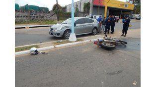 El casco del motociclista quedó tirado en el piso. Foto policía de Concordia.