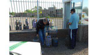 Economizar. Mucha gente busca la garrafa en la distribuidora para abaratar costos. Foto UNO/Diego Arias