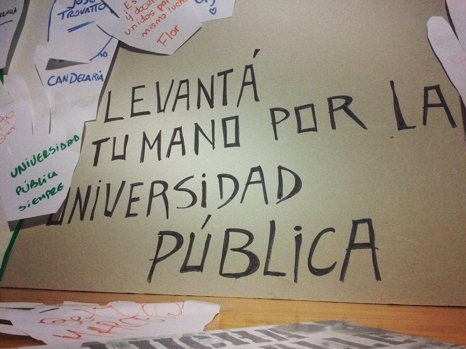 Foto Facebook / Intervención en el hall de la Facultad de Ciencias de la Educación - UNER