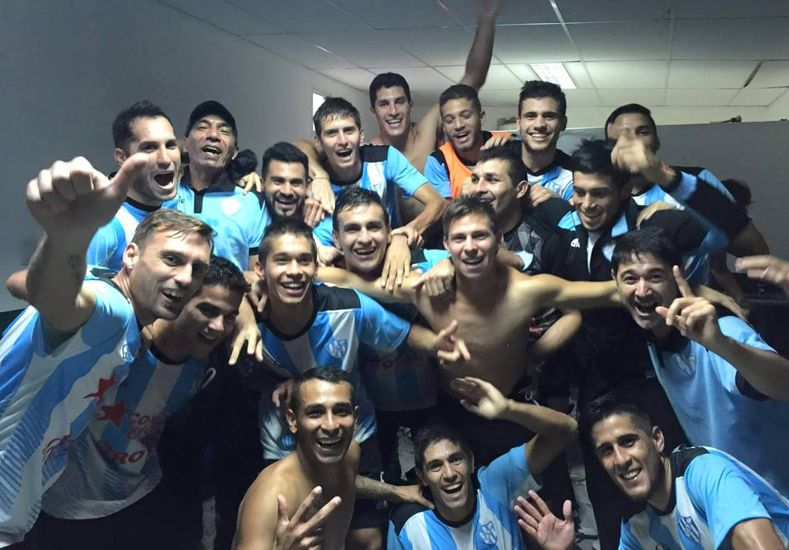 Los jugadores de Belgrano celebraron el pase en el vestuario .