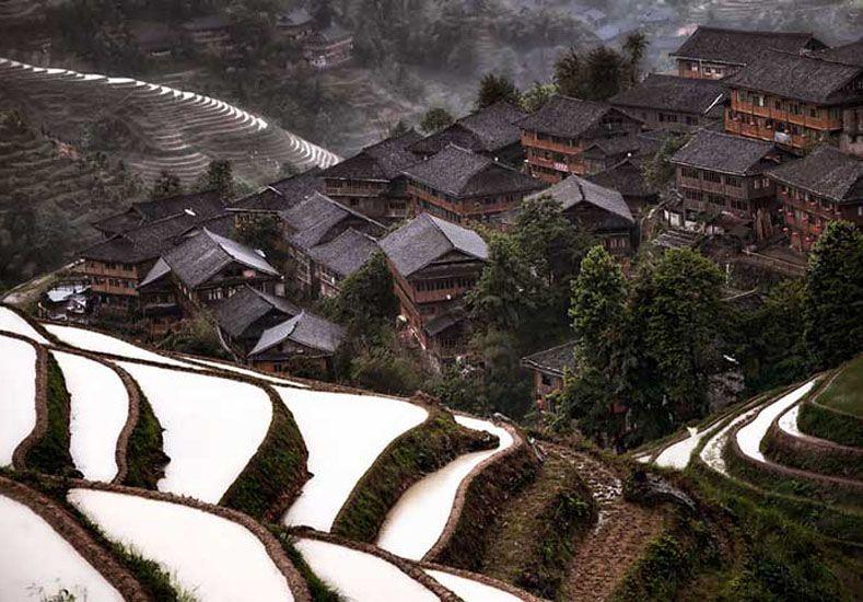 11. Aldea de montaña en China