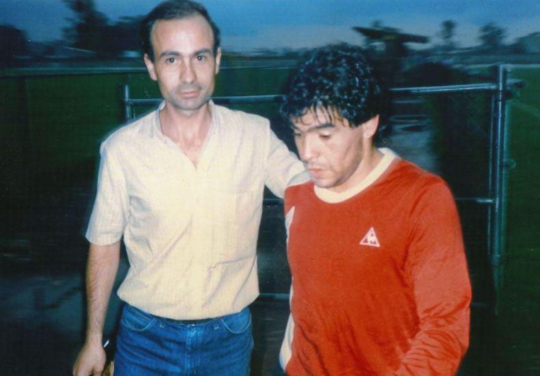 Con Diego. El Pato logró la foto con Maradona en la concentración de la Selección en el Mundial de México de 1986