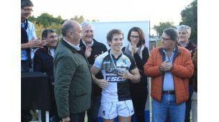 Luego del partido eligieron al jugador más valioso de la final del Tres Uniones.   Foto UNO/Diego Arias