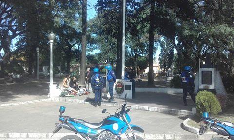 El miércoles 4 de mayo un grupo de artistas rodeado por policias en Ramírez y Carbó. Foto  Frente de Artistas Callejeros Independientes de Paraná.