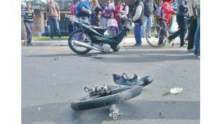Llevaba un paciente con problemas cardíacos y volcó al chocar una moto