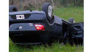 El VW quedó volcado en la banquina