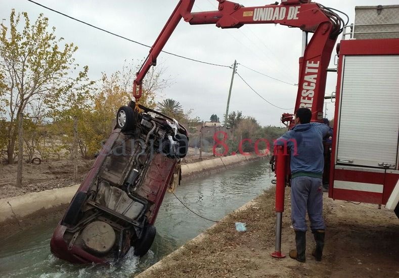 Un auto terminó dentro de un canal luego que su conductor perdiera el control