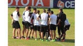 Forestello reunió a los posibles titulares antes del inicio del entrenamiento de ayer.  (Foto: UNO/Diego Arias)