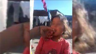 Difunden un video de una mujer obligando a una nena a fumar marihuana