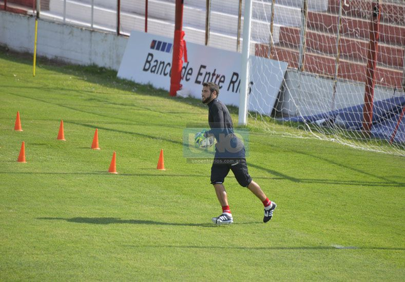 Cosentino es el único jugador de Atlético Paraná que disputó todos los minutos del torneo.  Foto UNO/Mateo Oviedo