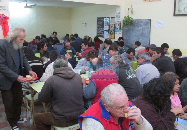 Necesidades. Cada vez son más las personas que se acercan en busca de un plato de comida.    Foto UNO/Vanesa Erbes