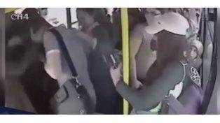 Un hombre fue golpeado en un colectivo por acosar sexualmente a una mujer