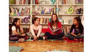 Las chicas de la escuela Bazán y Bustos recibieron un gran reconocimiento por el cuento que escribieron. Foto captura de pantalla.