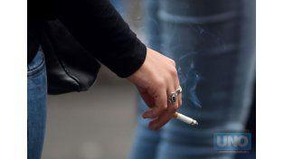 Los fumadores tienen que caminar más para conseguir kioscos que les vendan los puchos. Foto UNO archivo.