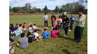 Atentos. Los pequeños jugadores escucharon las indicaciones que les dieron los profesores a cargo de la actividad.