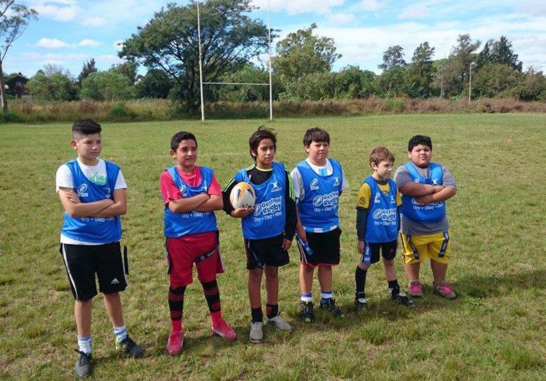 Preparados. Uno de los equipos ya está listo para comenzar a jugar. En el pantalón están las cintas que se utilizan en el tag rugby.
