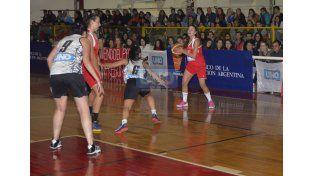 Un gran marco de público siguió la jornada de ayer en el gimnasio de calles Feliciano e Yrigoyen. (Foto UNO/Mateo Oviedo)