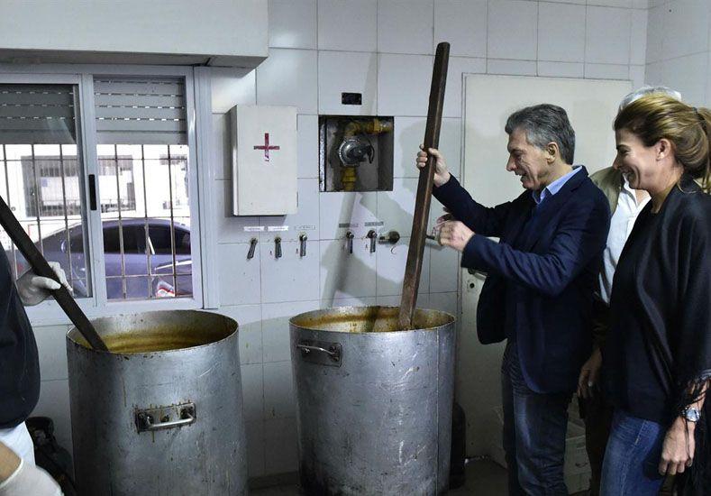 Cocinero. Macri y Awada colaboraron revolviendo el locro que se preparó en la sede gremial.