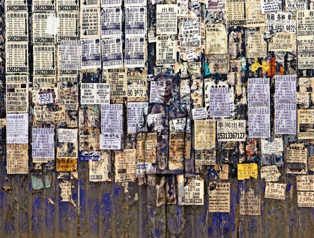 El artista chino se camufla en diversos paisajes involucrando al espectador en un desafío.